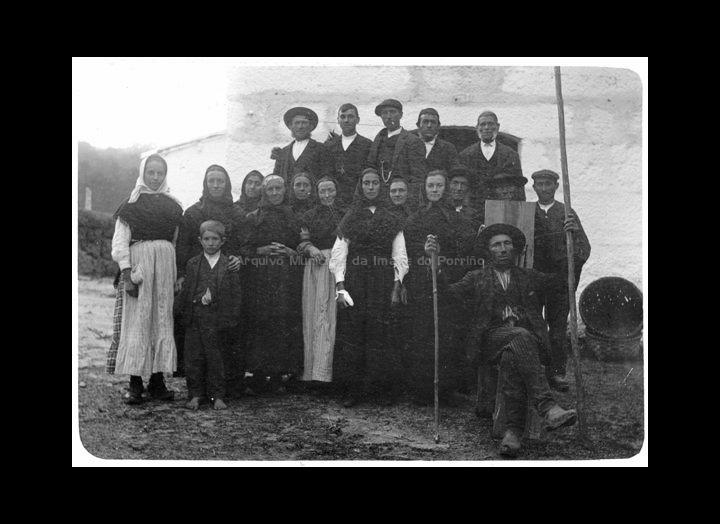 Grupo de veciños de Carracido. / José Moreira [Primeiro cuarto do s. XX] / PROCEDENCIA: Arquivo Moreira