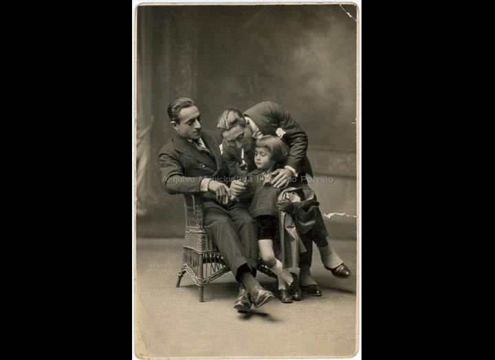 Os irmáns Rafael e Alfonso González Álvarez (Mosquera) posan co seu sobriño Gabino Iglesias González no estudio de Pacheco . / J. Pacheco [1923-1926] / PROCEDENCIA: Recollida O Porriño. Album familiar de Gabino Iglesias González