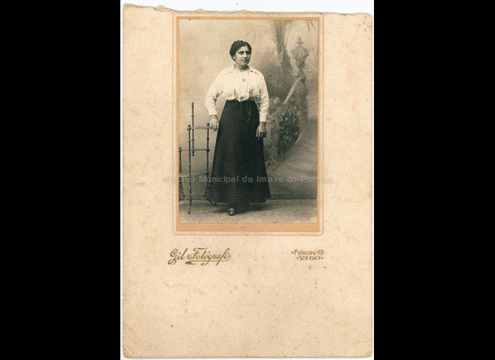 Anunciación Maceira Coto. / Gil Fotógrafo (Vigo) [Ca. 1920] / PROCEDENCIA: Recollida O Porriño. Album familiar de Anunciación Coto Maceira