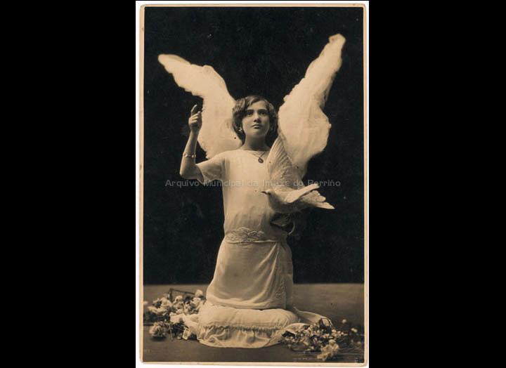 Ramona Casales Arias vestida de anxo no estudio de Pacheco. / J. Pacheco [1925-1930 (?)] / PROCEDENCIA: Recollida O Porriño. Album familiar de Josefa Sío Casales