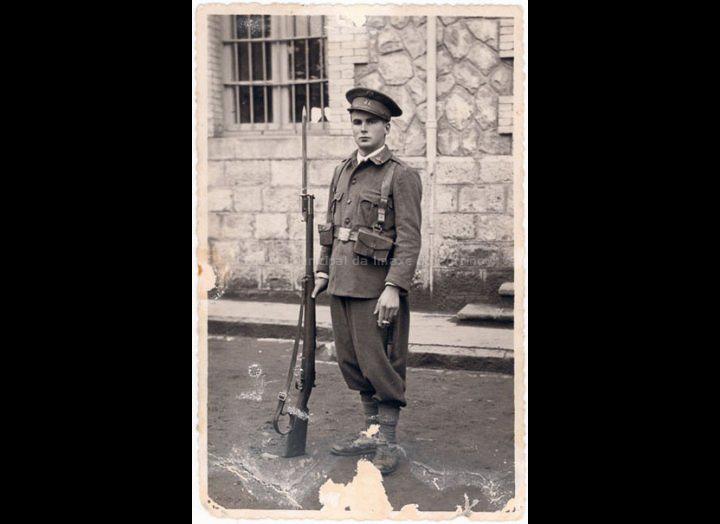 Ramón Giráldez, soldado na Guerra Civil. / Autor descoñecido [Ca. 1936] / PROCEDENCIA: Recollida Atios. Album familiar de Manuel Giráldez Mouriño