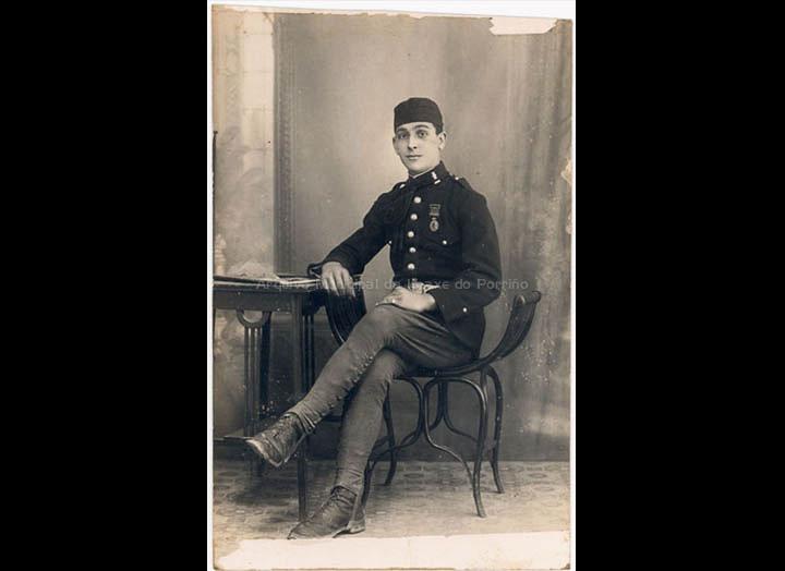 O soldado Gregorio Iglesias. / Autor descoñecido [1920 - 1930 (?)] / PROCEDENCIA: Recollida O Porriño. Album familiar de Mª Carmen Iglesias Pereiro