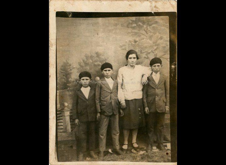 Retrato dos irmáns Castro Hemán na romaría da Virxe das Neves no monte Castro. / Autor descoñecido [1933] / PROCEDENCIA: Recollida Mosende. Album familiar de Mª Esther Silva