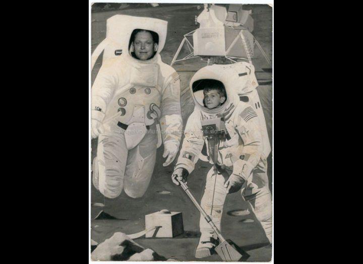 """Manuel Ucha Iglesias e o seu fillo Enrique Ucha Lorenzo, astronautas no decorado dun """"minutero"""". / Autor descoñecido [1968] / PROCEDENCIA: Recollida Budiño. Album familiar de Enrique Ucha Lorenzo"""