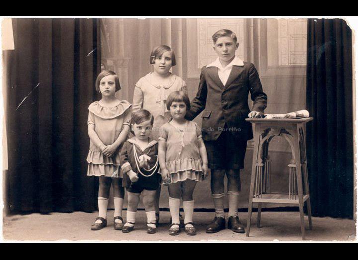 Os irmáns Pexegueiro: Carmiña, Teresa, Gabino, Ángel e Dosinda. / José Moreira [Ca. 1928] / PROCEDENCIA: Arquivo Moreira