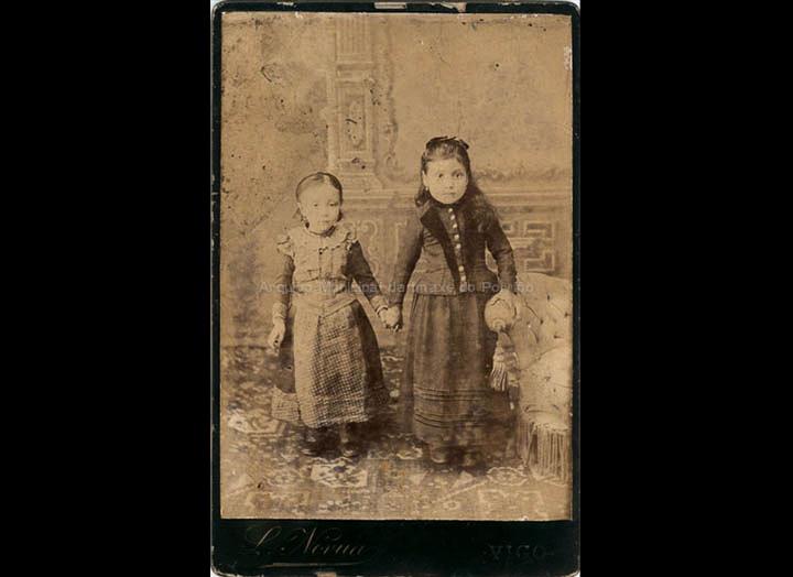 Nenas de Mosende no gabinete fotográfico de Leopoldo Nóvua en Vigo. / L. Nóvua [Finais do s. XIX] / PROCEDENCIA: Recollida Mosende. Album familiar de Marina Maceira