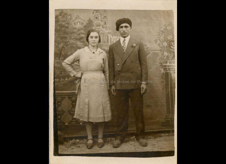 Retrato de Carmen Fernández Piñeiro e Jesús Maceira Rorís nunha festa. / Autor descoñecido [1937] / PROCEDENCIA: Recollida Mosende. Album familiar de Mª Carmen Maceira