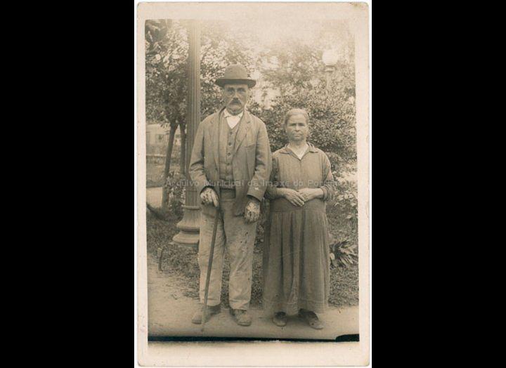 O señor Andrés e a señora Marta de Pontellas (?). / Autor descoñecido [1930 – 1935 (?)] / PROCEDENCIA: Recollida O Porriño. Album familiar de Anunciación Coto Maceira