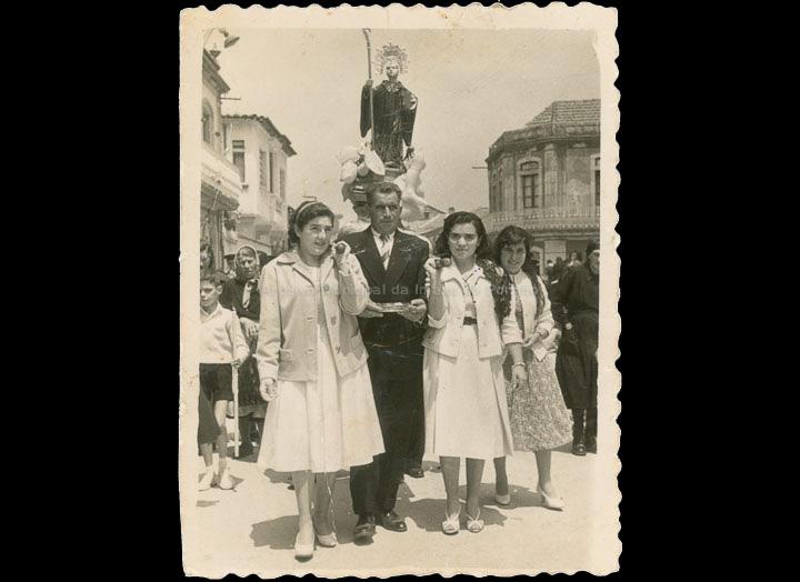 Procesión de San Bieito. Mozas levando ao santo. / Agustín Bermejo [11/07/1953] / PROCEDENCIA: Recollida O Porriño. Album familiar de  Martínez Fernández