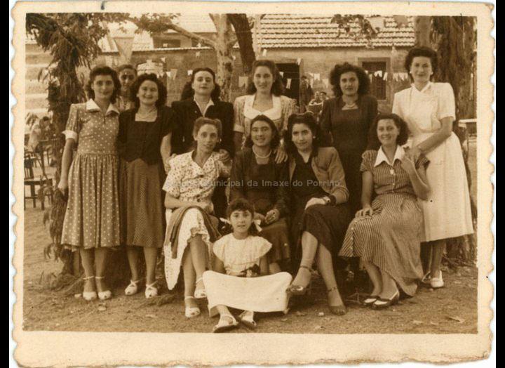 Grupo de amigas nas festas de San Bieito. / Foto Company [11-07-1949] / PROCEDENCIA: Recollida O Porriño. Album familiar de Josefa Leirós Rodríguez