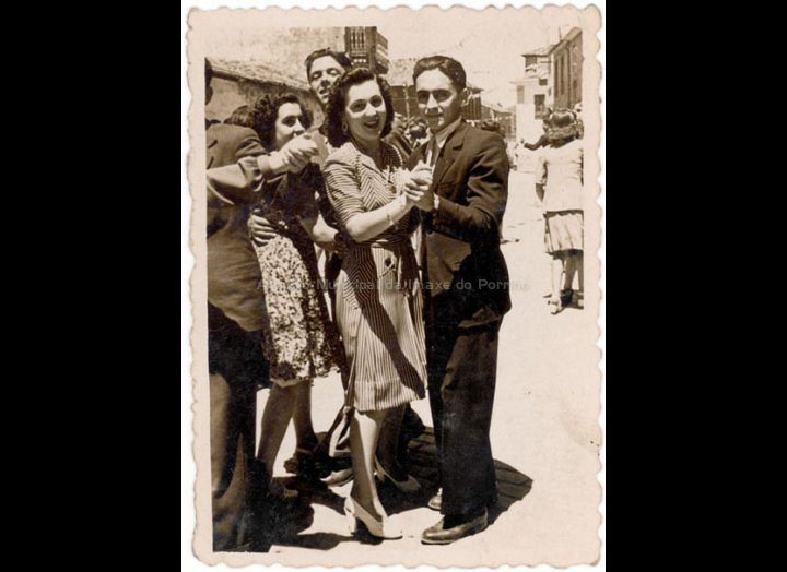 Baile de San Bieito. / Foto – Cine Company [1944] / PROCEDENCIA: Recollida O Porriño. Album familiar de Isabel Domínguez Salgado