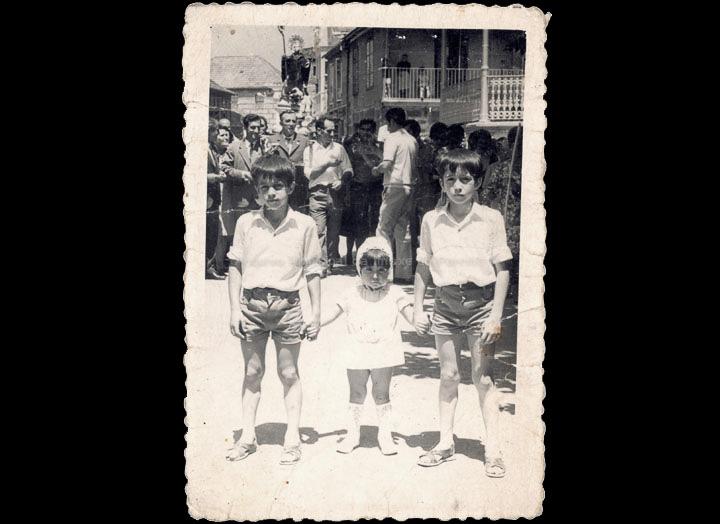 Festa de San Bieito. Nenos e procesión ao fondo. / Foto Magno [11/07/1970] / PROCEDENCIA: Recollida O Porriño. Album familiar de Ramona Iglesias Miniño