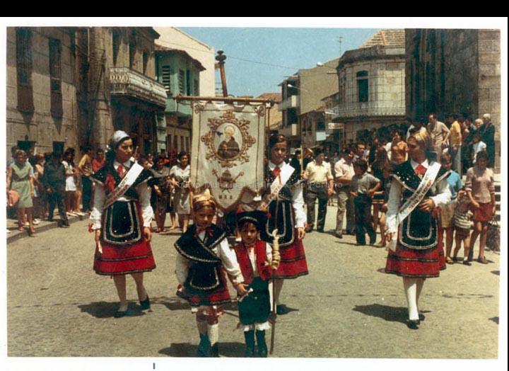 Damas de honra na procesión de San Bieito. / Autor descoñecido [1971] / PROCEDENCIA: Recollida O Porriño. Album familiar de Ramona Iglesias Miniño