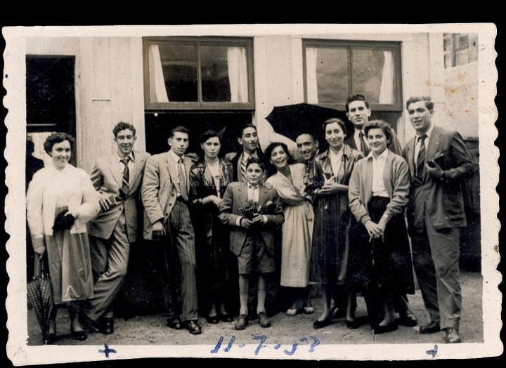 Grupo de amigos o día de San Bieito no bar de Clara, detrás da capela. / Foto Company [11/07/1953] / PROCEDENCIA: Recollida O Porriño. Album familiar de Joaquín Diz Tato