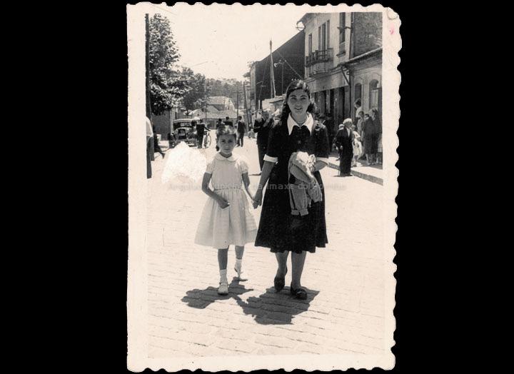 Carmen Castaño Parra e Maribel Ramírez Pazos paseando nas festas de San Bieito. / Foto Company [1950-1955] / PROCEDENCIA: Recollida O Porriño. Album familiar de Carmen Castaño Parra