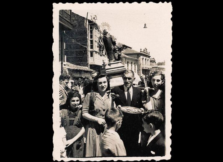 Procesión de San Bieito. Mozas levando a imaxe do santo. / Foto-Cine Company [1942-1944] / PROCEDENCIA: Recollida O Porriño. Album familiar de Isabel Domínguez Salgado