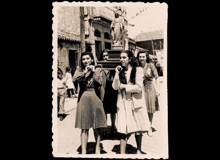 Procesión de San Bieito. Mozas levando á Virxe Milagreira. / Foto-Cine Company [1942-1944] / PROCEDENCIA: Recollida O Porriño. Album familiar de Isabel Domínguez Salgado