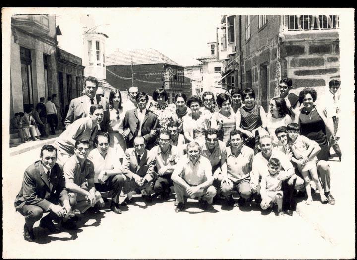 Compoñentes da Coral Polifónica do CRC o día de San Bieito, despois de cantar na misa. / Foto Ramiro [11/07/1969] / PROCEDENCIA: Recollida O Porriño. Album familiar de Rita Iglesias Miniño e José Moreira Adán