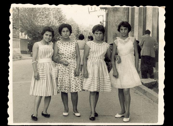 Amigas na festa de San Bieito. / Foto Ramiro [1950-1960 (?)] / PROCEDENCIA: Recollida O Porriño. Album familiar de Rita Martínez Fernández