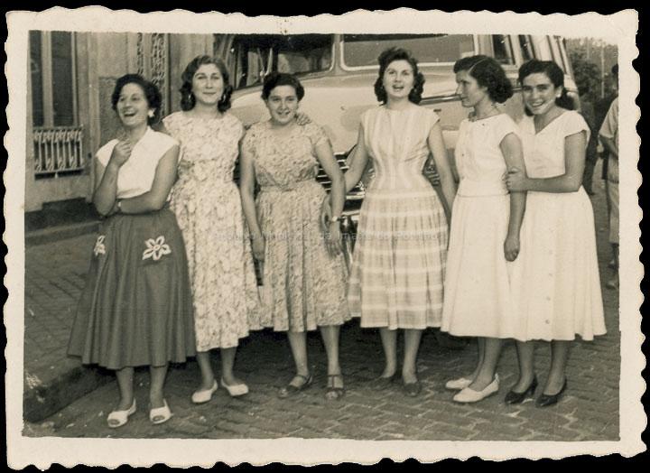 Grupo de amigas o día de San Bieito. / Foto Company [11/07/1954] / PROCEDENCIA: Recollida O Porriño. Album familiar de Rita Martínez Fernández