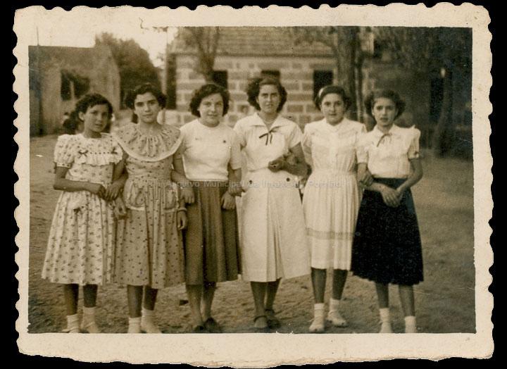 Amigas no Campo da Feira o día da festa de San Bieito. / Foto Company [1948-1950] / PROCEDENCIA: Recollida O Porriño. Album familiar de Rita Martínez Fernández