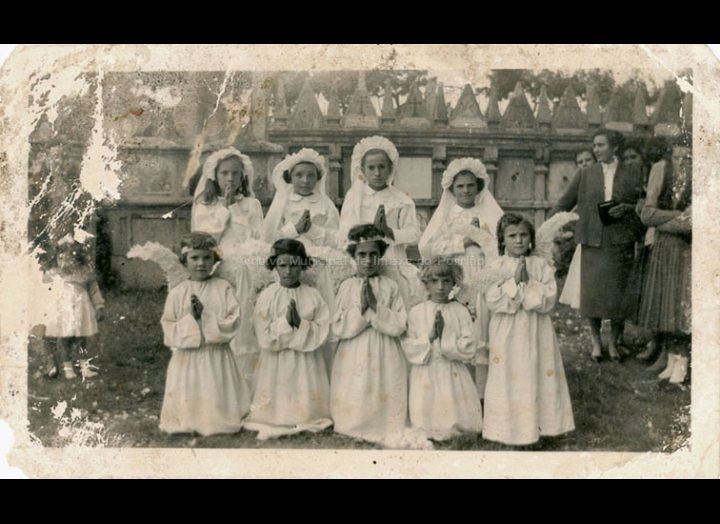 Grupo de primeiras comuñóns na igrexa de Mosende. / Autor descoñecido [1957] / PROCEDENCIA: Recollida Mosende. Album familiar de Cándida Barros González