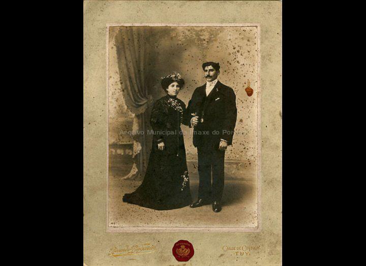 Retrato de voda de Ramón Fortes e Rosa Pazo. / Rosendo Bugarín (Tui) [07 – 04 – 1911] / PROCEDENCIA: Recollida Cans. Album familiar de Carmen Saavedra Fernández e Anunciación Fortes Fernández