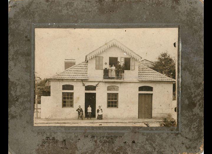 Estrea da casa e tenda de Boente. / Foto Hermenegildo Ocaña (Vigo) [1908 – 1909] / PROCEDENCIA: Recollida Cans. Album familiar de Carmen Rodríguez Boente