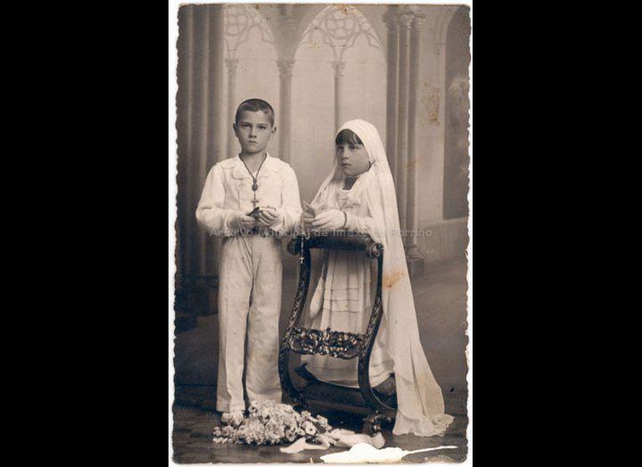 Primeira comuñón de dous irmáns. / Autor descoñecido [1925 – 1940 (?)] / PROCEDENCIA: Recollida O Porriño. Album familiar de Mª Carmen Iglesias Pereiro