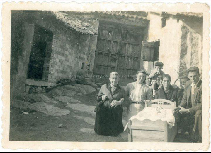 Bautizo de Mª Jesús Besada na casa do Regueiro. / Autor descoñecido [1952] / PROCEDENCIA: Recollida Budiño. Album familiar de Mª Soledad Besada Morais