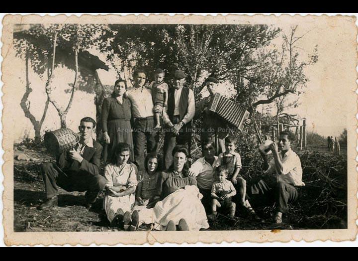 Celebración do bautizo de Juan Castro Álvarez. / Autor descoñecido [1947] / PROCEDENCIA: Recollida Mosende. Album familiar de Mª Esther Silva