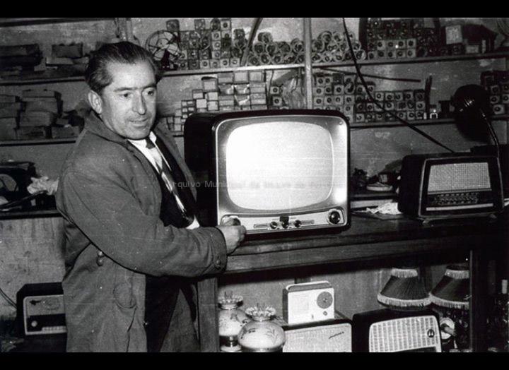 José Pérez Reverendo no seu establecemento co primeiro televisor que chegou ao Porriño. / Foto Magno [1950-1960] / PROCEDENCIA: Arquivo Magno