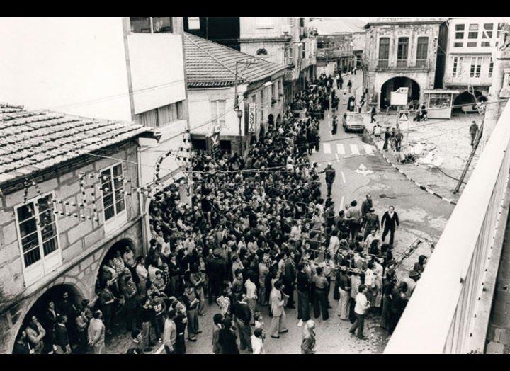 Incendio da Casa Consistorial. Os veciños observan a traxedia. / Foto Pako [25/10/1976] / PROCEDENCIA: Fondo do Arquivo Municipal do Porriño