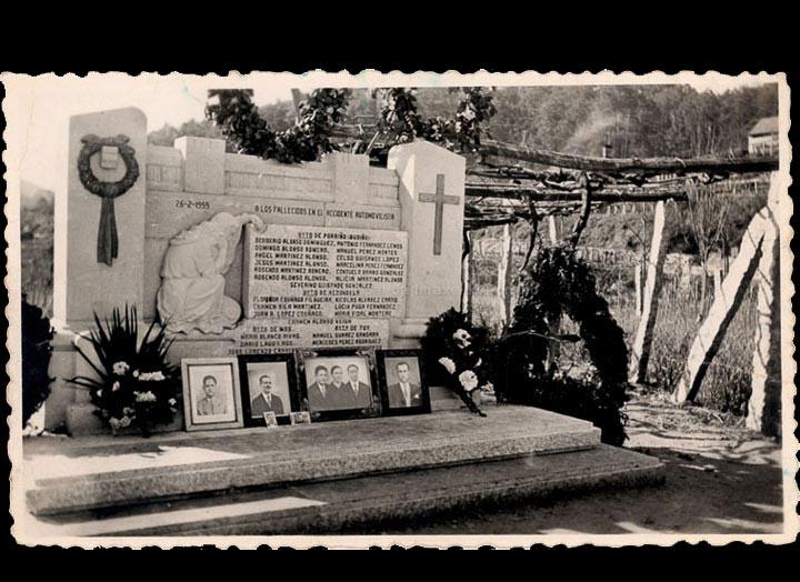 Monumento ás víctimas do tráxico accidente que aconteceu en Cans o 26 de febreiro de 1955. / Autor descoñecido [Ca. 1955] / PROCEDENCIA: Recollida Cans. Álbum familiar de Carmen Pérez