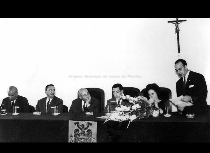 """Acto de inauguración do """"Instituto Nacional de Ensino Medio do Porriño"""". O alcalde Gonzalo Ordóñez Pérez pronunciando o seu discurso de inauguración. / Autor descoñecido [24/10/1966] / PROCEDENCIA: Cedida polo I. E. S. """"Pino Manso"""""""