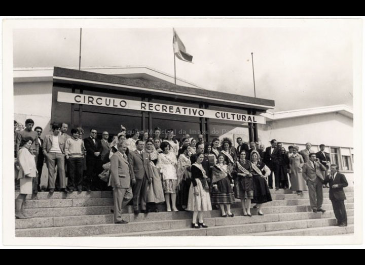 """As """"Majas de España"""" visitan O Porriño. / Foto Pako [27 – 04 – 1971] / PROCEDENCIA: Recollida O Porriño. Album familiar de José Moreira Adá"""