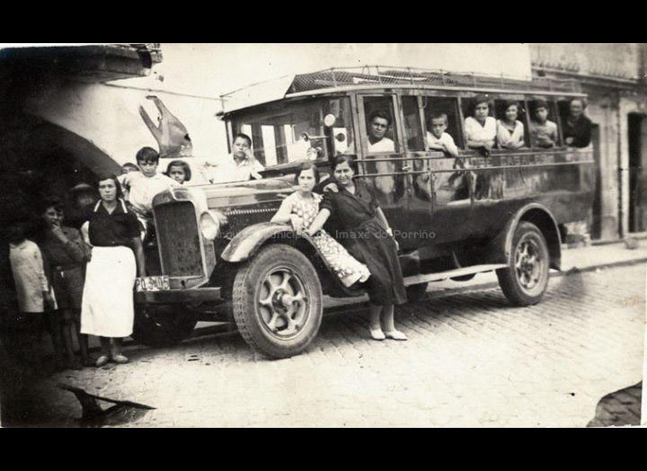 Autocar de José Casales Castro para transportar aos comerciantes e as súas mercancías ás feiras da comarca. / Autor descoñecido [1929 - 1934] / PROCEDENCIA: Recollida O Porriño. Album familiar de Josefa Sío Casales