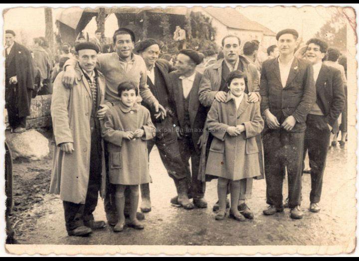 Belarmino, tratante de Mosende, posa coas súas fillas e amigos ao remate dunha feira. / Foto Ramiro [Ca. 1961] / PROCEDENCIA: Recollida Mosende. Album familiar de Inés Rivero