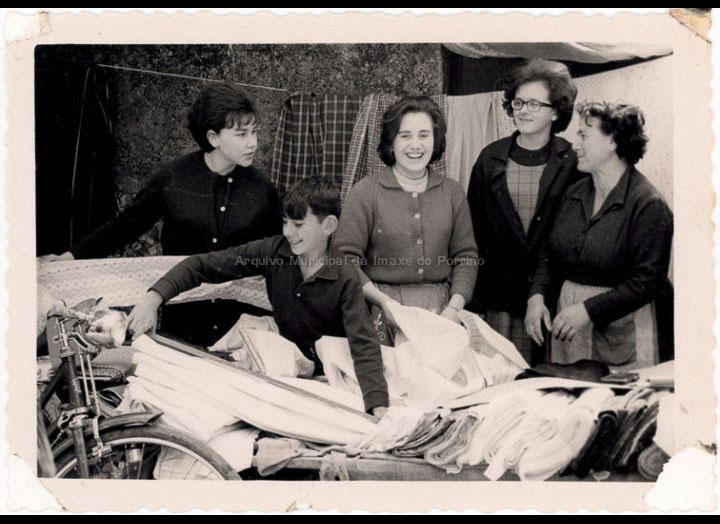 Josefa Sío Casales no seu posto de telas na feira. / Foto Magno [1960 – 1963 (?)] / PROCEDENCIA: Recollida O Porriño. Album familiar de Josefa Sío Casales