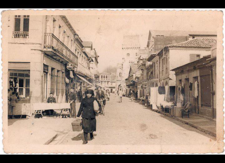 Rúa Ramón González ao remate dun día de feira. / Autor Descoñecido [1952-1955] / PROCEDENCIA: Recollida O Porriño. Album familiar de Josefa Sío Casales