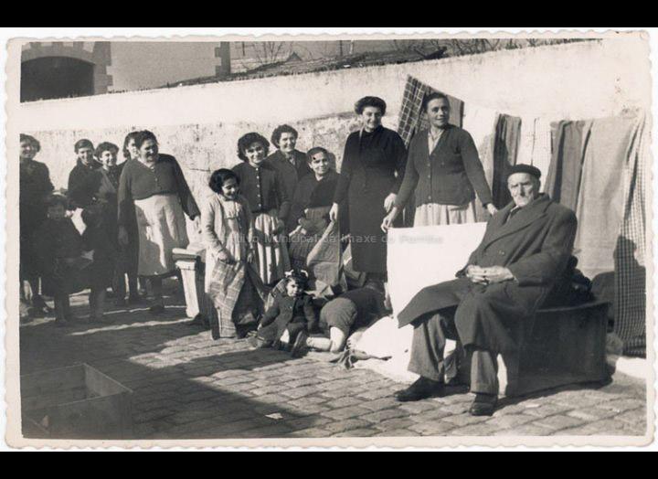 Vendedores ambulantes na Travesía do Mercado un día de feira. / Foto Ramiro [1952] / PROCEDENCIA: Recollida O Porriño. Album familiar de Rita Martínez Fernández