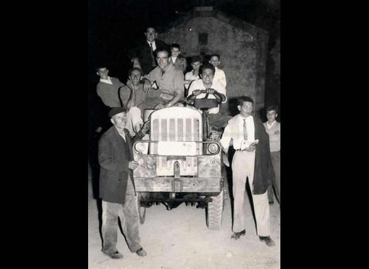 Homes con tractor na fábrica de madeira de Ponciano. / Foto Ramiro [1960 – 1965 (?)] / PROCEDENCIA: Recollida Pontellas. Album familiar de Dolores González Lago
