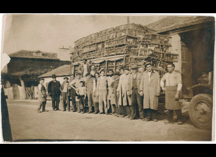 Traballadores da Avícola Gallega xunto a un camión cargado de gaiolas. / Autor descoñecido [1933] / PROCEDENCIA: Recollida O Porriño. Album familiar de Josefa Sío Casales