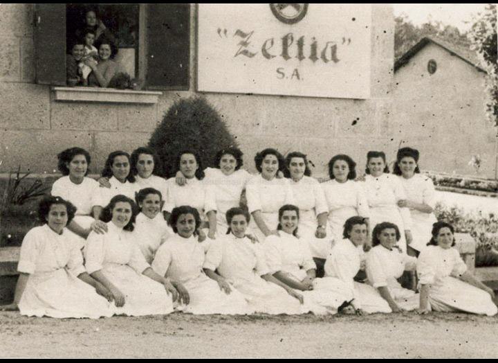 Traballadoras de Zeltia S.A. posando diante da entrada á factoría. / Foto Ramiro [1946 – 1948] / PROCEDENCIA: Recollida O Porriño. Album familiar de Mª Esther Rodríguez Lorenzo