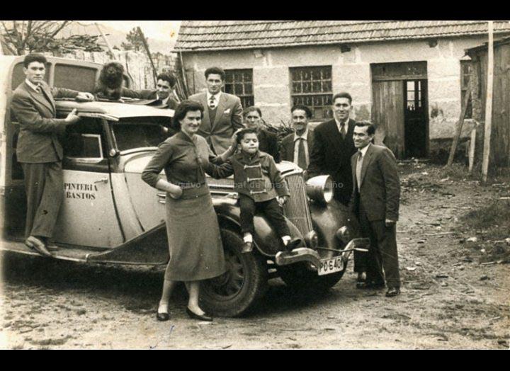 Familia Bastos diante da carpintería que tiñan no barrio da Ribeira. / Foto Ramiro [1950 – 1960] / PROCEDENCIA: Recollida Torneiros. Album familiar de Bienvenido Bastos Ramírez
