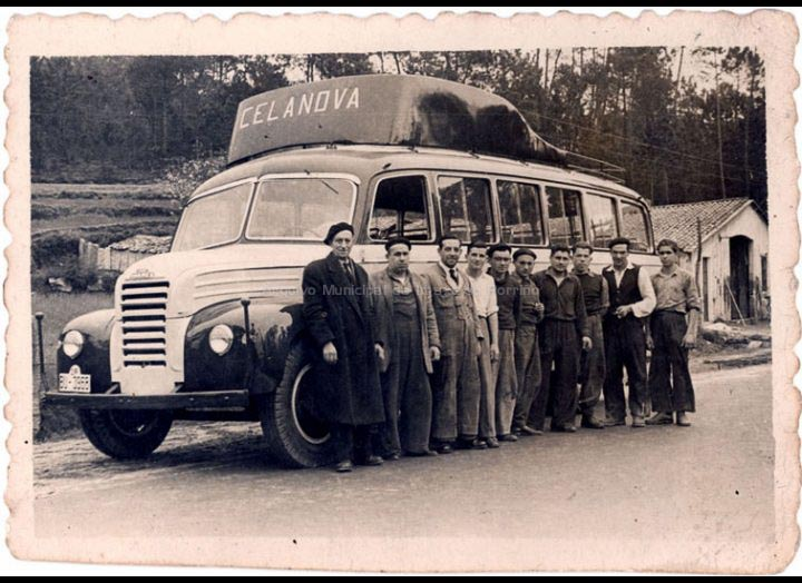 """Saída dun autocar construído nos talleres """"Milucho"""" na Gulpilleira. / Foto Company [Ca. 1952] / PROCEDENCIA: Recollida Cans. Album familiar de Juan Maceira Fernández"""