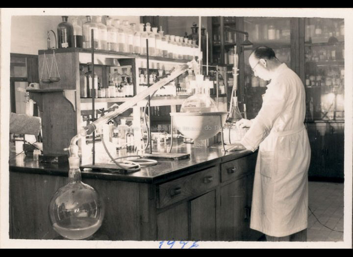 O químico Francisco Meis traballando nun laboratorio de Zeltia S.A. / Autor descoñecido [1946] / PROCEDENCIA: Recollida O Porriño. Album familiar de Mª Paz Moreira Adán