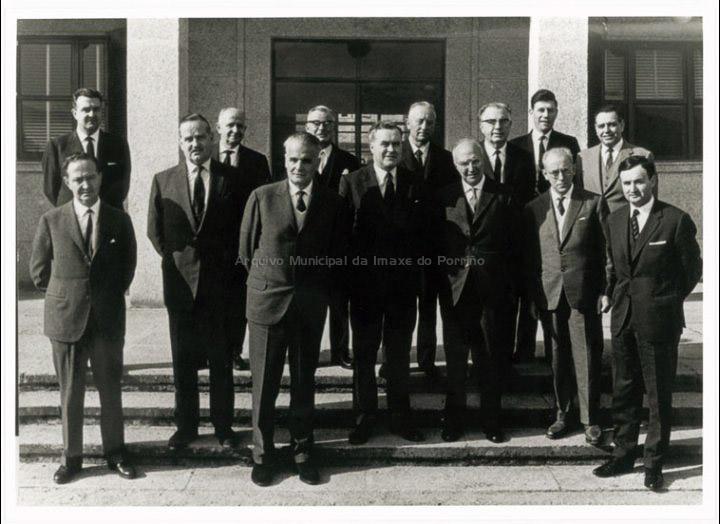 Fundación de Cooper Zeltia S. A. Os membros do Consello de Administración posan na entrada da nova factoría. / Autor descoñecido [1964] / PROCEDENCIA: Doazón de Mª de las Nieves Isla Serrats