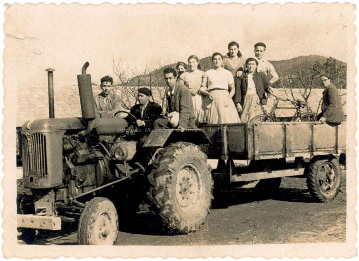 Grupo de traballadores no tractor da Granxa do Louro. / Foto Balbino Ramírez [1950 - 1960 (?)] / PROCEDENCIA: Recollida Budiño. Album familiar de Laura Besada Besada