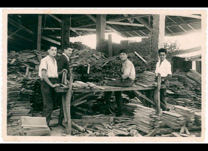 """Mozos traballando na fábrica """"Serrerías de Budiño Manuel Ucha Iglesias"""". / Foto Balbino Ramírez [1955 - 1970 (?)] / PROCEDENCIA: Recollida Budiño. Album familiar de Enrique Ucha Lorenzo"""